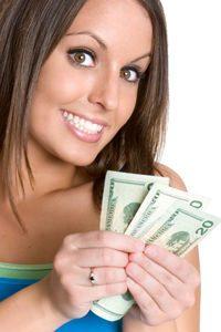 ¿Cuánto Cuesta Un Podcast? | Mujer con dinero en la mano