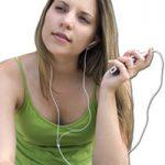 Joven escuchando un iPhone | 15 Diferencias Entre La Radio Tradicional Y El Podcasting | Hablando De Tecnología