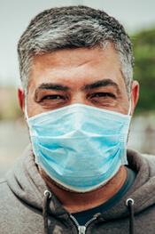 Hombre con mascarilla | ¿Cómo Sobrevivir El Distanciamiento Mediante La Tecnología?